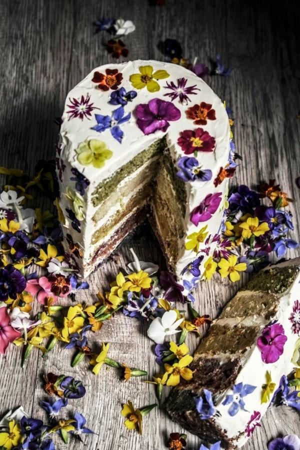 eine-fantastische-originelle-torte-mit-blüten