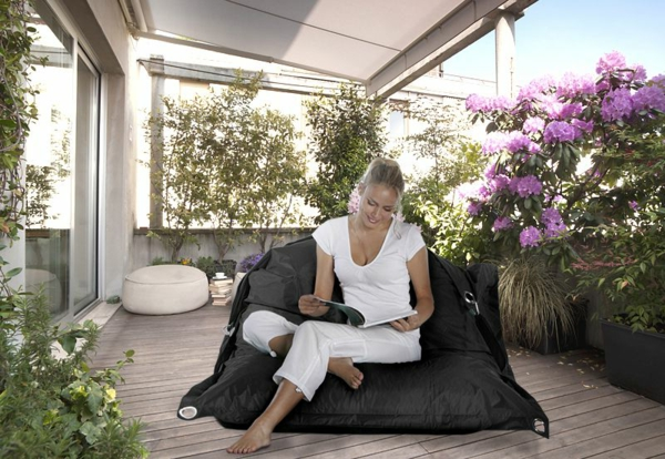 eine-frau-in-weiß-angekleidet-sitzsack-outdoor