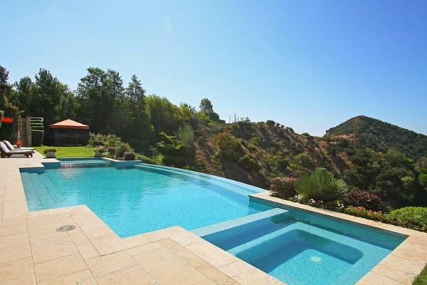 einzigartiges-schwimmbecken-design-idee-infinity-pool-wunderschönes-design