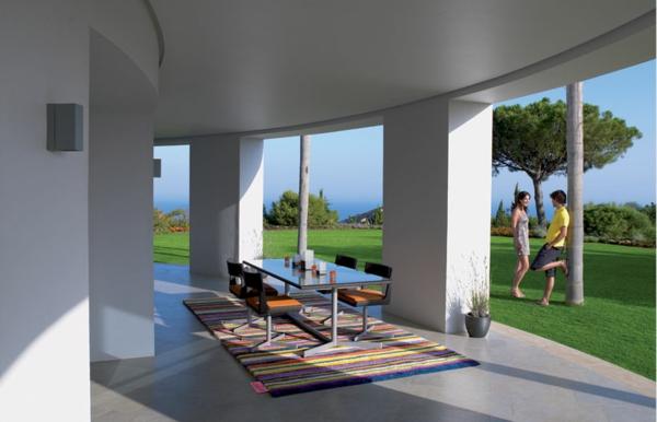 eleganter-outdoorteppich-große-weiße-säule