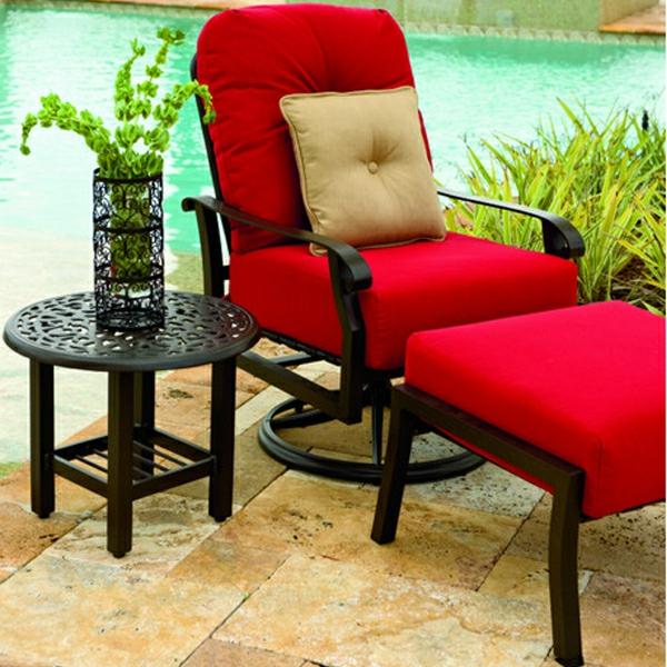 elegantes-outdoor-kissen-auf-einem-schicke-roten-liegestuhl