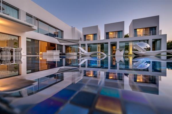 erstaunliches-weißes-luxus-ferienhaus-mit-pool