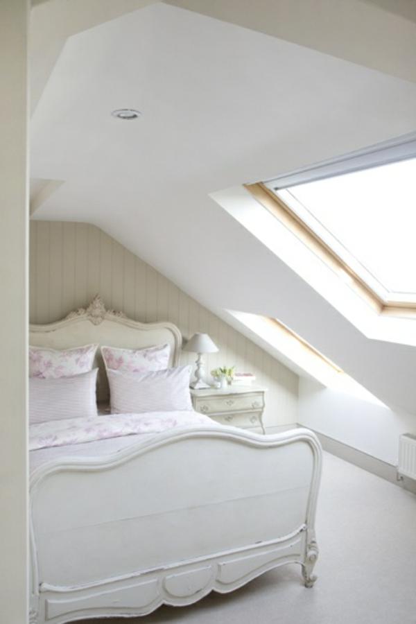weißes bett im französischen stil - in einer dachwohnung