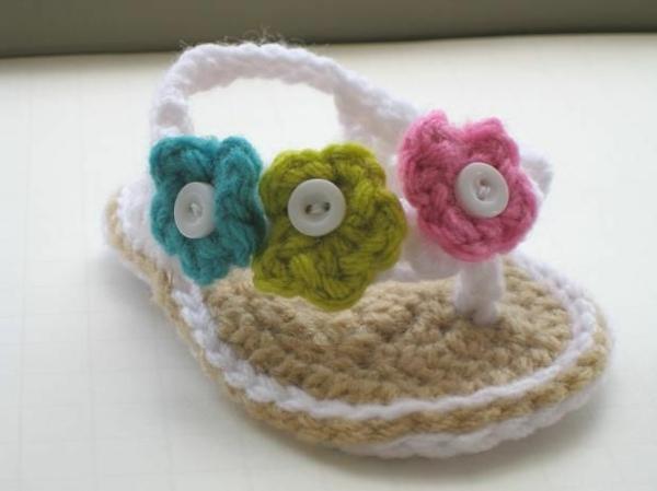 fantastische-babyschuhe-mit-super-schönem-design-häkeln-tolle-praktische-ideen--babysandalen-mit-blumen-häkeln