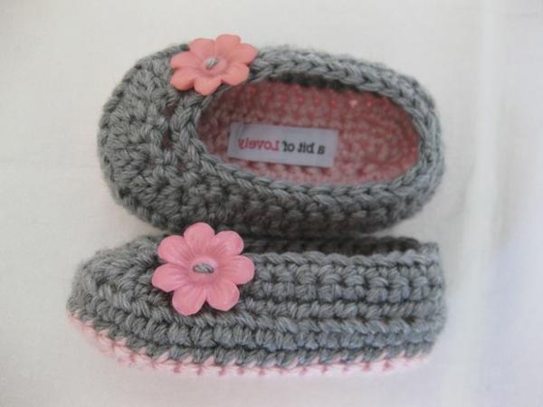 fantastische-babyschuhe-mit-super-schönem-design-häkeln-tolle-praktische-ideen-grau-und-rosa