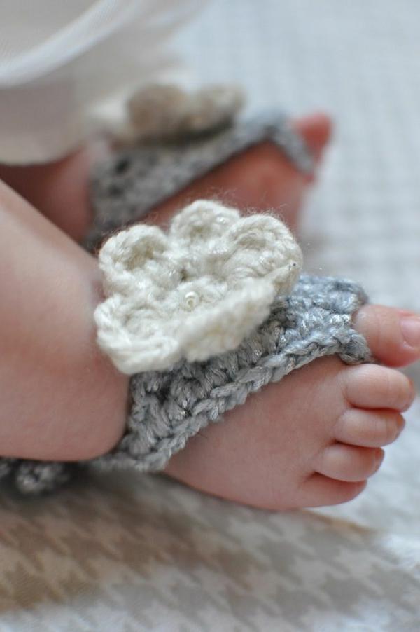 fantastische-babyschuhe-mit-super-schönem-design-häkeln-tolle-praktische-ideen-süße-babyschuhe-mit-blumen-häkeln