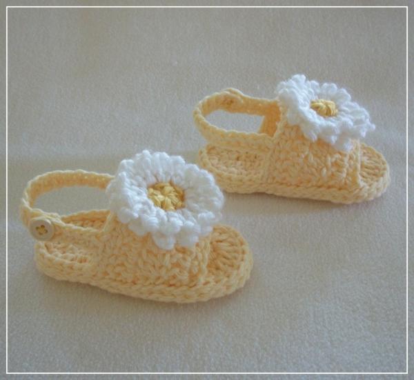fantastische-babyschuhe-mit-super-schönem-design-häkeln-tolle-praktische-ideen-sandalen-mit-blumen-häkeln