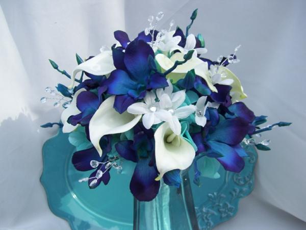 fantastischer-brautstrauß-mit-blauen-orchideen-und-weißen-lilien