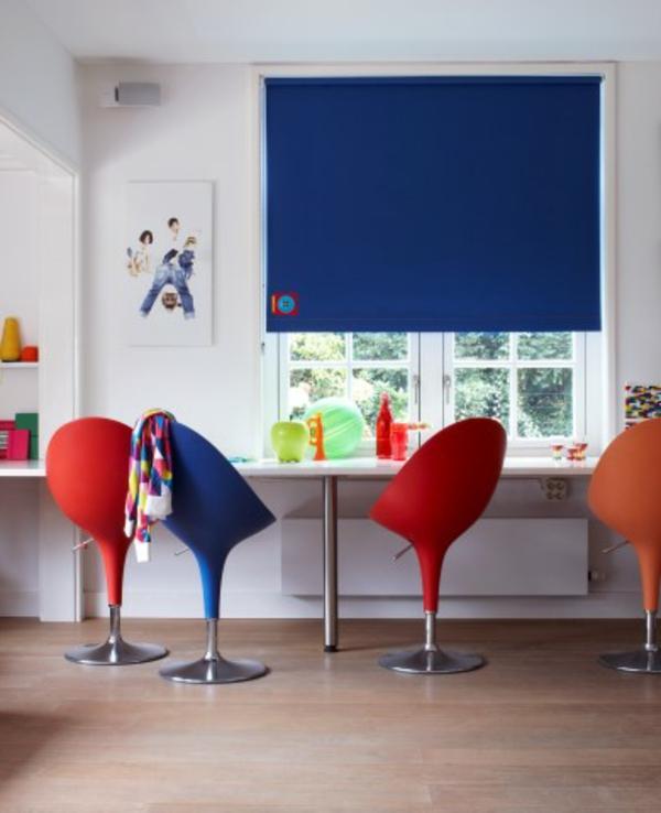 fensterdeko-frühling-blaue-jalousien-bunte-stühle- ein sehr schönes bild