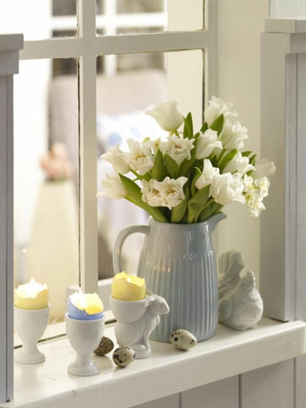 fensterdeko-frühling-helle-blumen-in-vasen