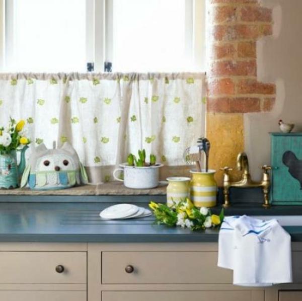 fensterdeko-frühling-weiße-gardinen-in-der-küche