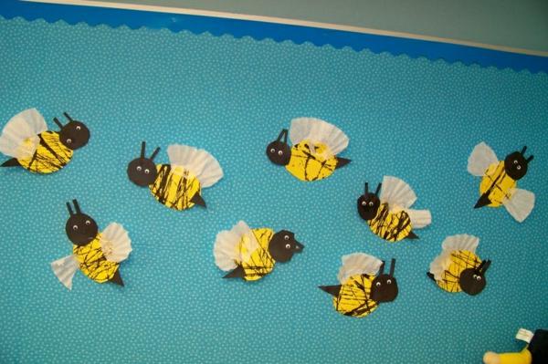 frühling-im-kindergarten-angeklebte-papier-biene-ein sehr schönes bild