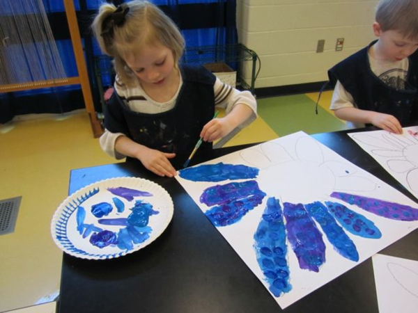 frühling-im-kindergarten-kinder-basteln-interessante-blumen-auf-papier-ein sehr schönes bild
