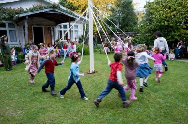 frühling-im-kindergarten-kinder-spielen-im-hof-ein sehr schönes bild
