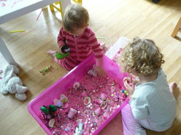 frühling-im-kindergarten-kleine-kinder-basteln-zusammen-ein sehr schönes bild