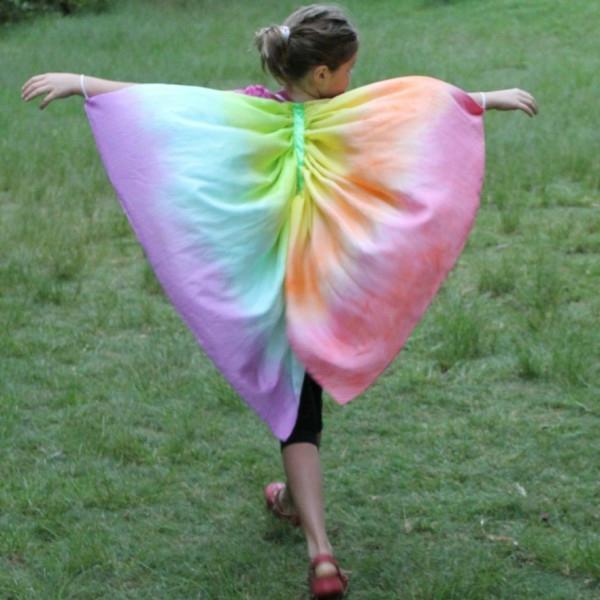 frühling-im-kindergarten-regenbogen-farben-kostüm-eines-mädchens-ein sehr schönes bild