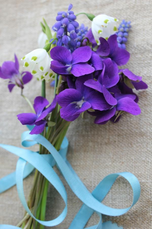 frühlingsblumen-blumenstrauß-design-wunderschöne-lila-blumen-blumengestaltung-mit-lila-blumen