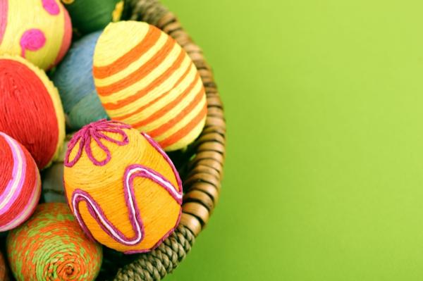 frohe-ostern-bunte-eier-foto-von-oben-genommen- super süße und cooles bild