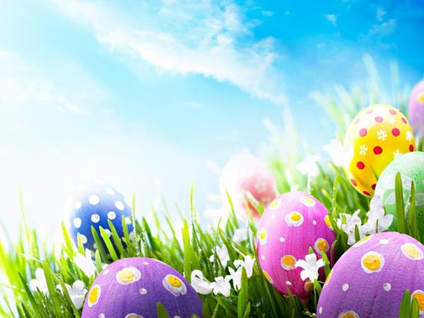 frohe-ostern-viele-bunte-eier-blauer-himmel