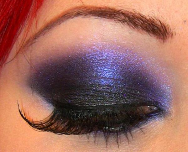 geschminkte-augen-dunkel-lila-farbe