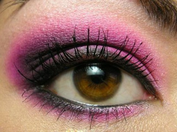 geschminkte-augen-rosige-farben