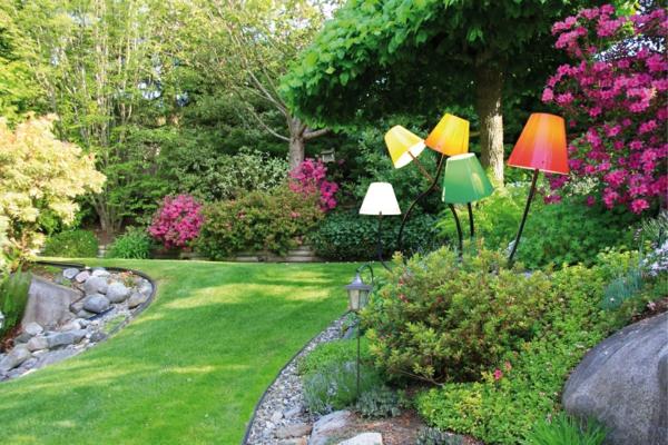 gestaltungsideen-für-den-garten-gartenlampen-in-verschiedenen-farben
