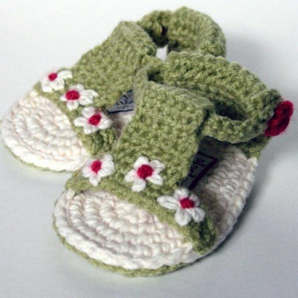 grüne-babysandalen-mit-blumen-häkeln-schöne-ideen-häkeln-für-baby-häkeleien-tolles-design-häkeln-