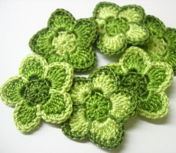 grüne-blumendeko-häkeln-wunderschöne-kreative-häkeleien-blumen-