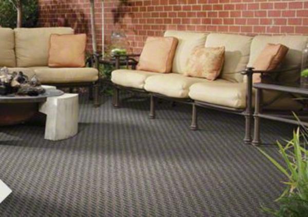 grauer-outdoor-teppich-beige-sofa-dekokissen-schicker-tisch
