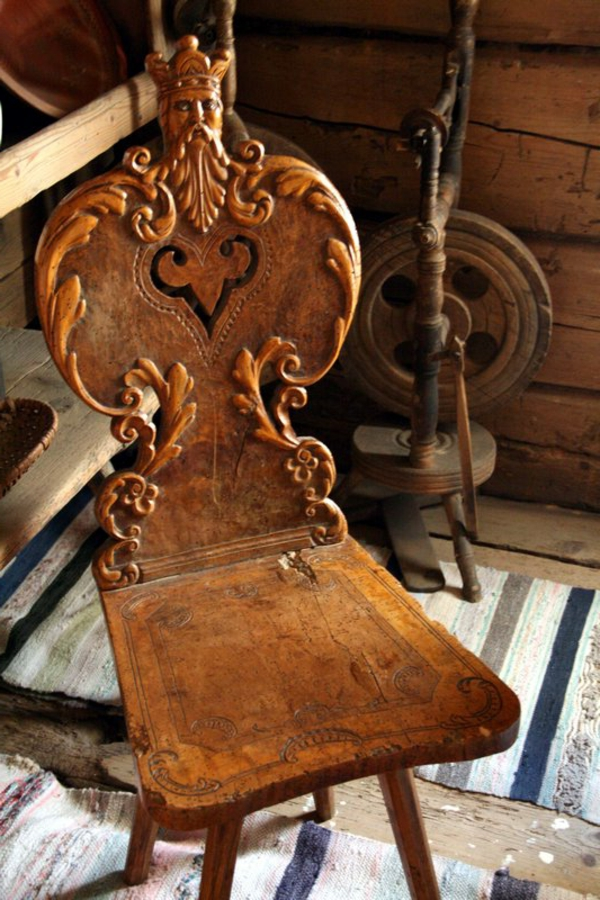 großartige-ale-möbel-die-sehr-schön-kreativ-und-interessant-aussehen-aristokratisch-wirkender-stuhl-mit-vielen-ornamenten