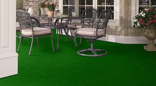 großer-grüner-outdoor-teppich-elegante-stühle