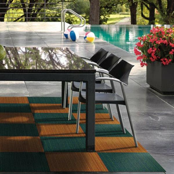 großer-tisch-stühle-schicker-outdoor-teppich