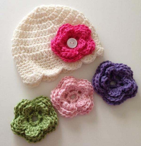 häkeleien-mit-schönen-blumen-in-verschiedenen-farben-babymütze-häkeln