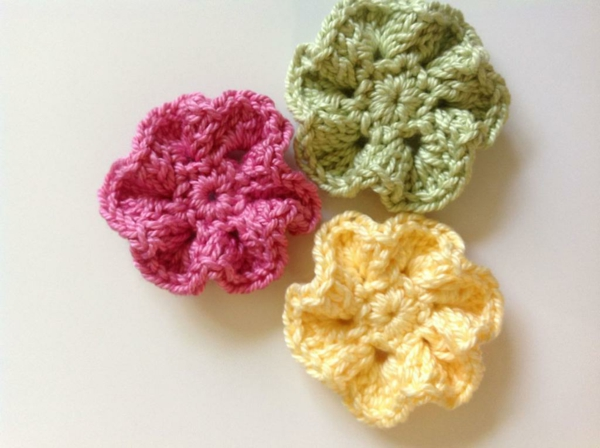 häkeleien-mit-schönen-blumen-in-verschiedenen-farben-gelb-grün-rosa
