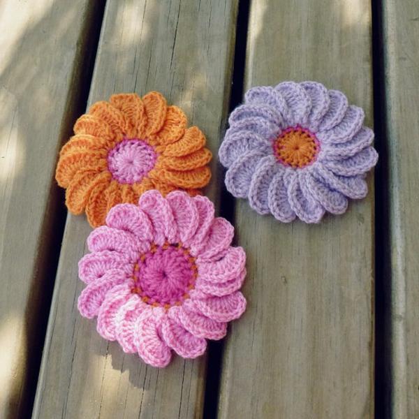 häkeleien-mit-schönen-blumen-in-verschiedenen-farben-rosa-orange-lila