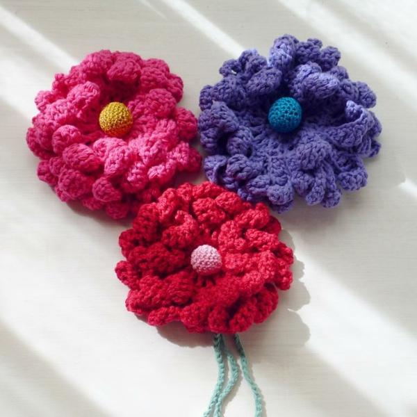 häkeleien-mit-schönen-blumen-in-verschiedenen-farben-rosa-rot-lila