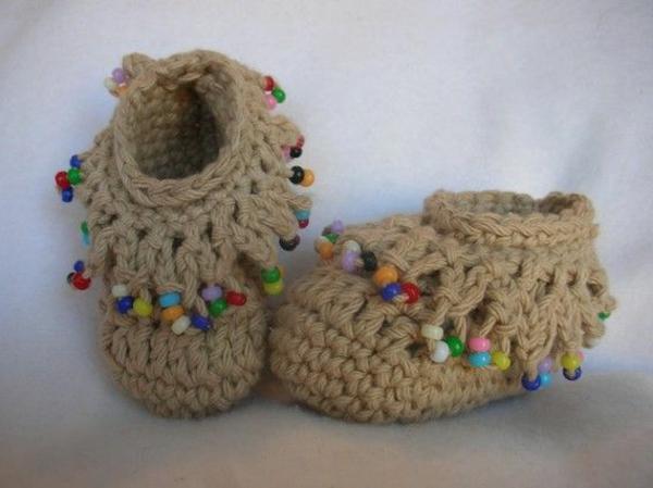 häkeln-für-baby-häkeln-babyschuhe-mit-wunderschönem-design-babyschuhe-in-beige