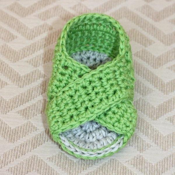 häkeln-für-baby-häkeln-babyschuhe-mit-wunderschönem-design-in-grün-