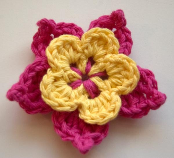 häkeln-wunderschöne-kreative-häkeleien-blumen--schöne-blume-in-rosa-und-gelb