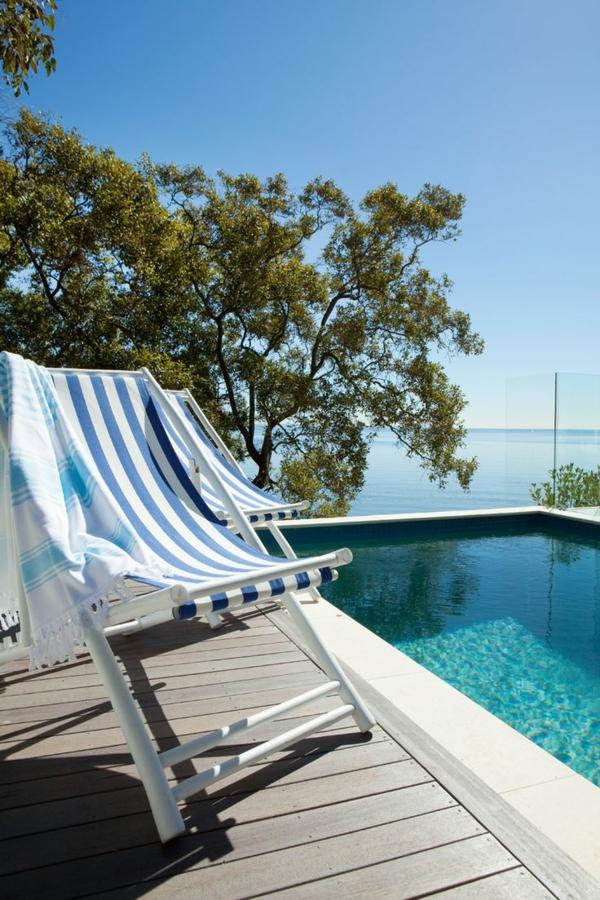 -haus-mit-pool-gestaltungsideen-ferienhaus-ferienwohnung-design_bodenbelag-terrassenboden-holz