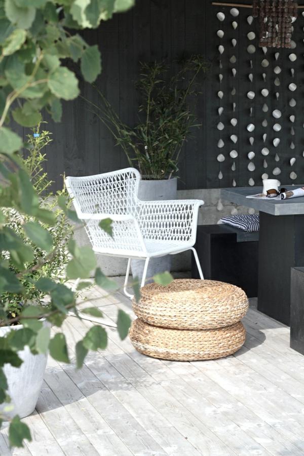 helles-außenparkett-weiße-stühle-auf-der-terrasse