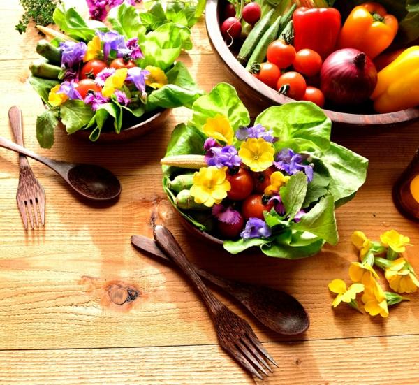 ideen-für-salate-mit-essbaren_blumen-