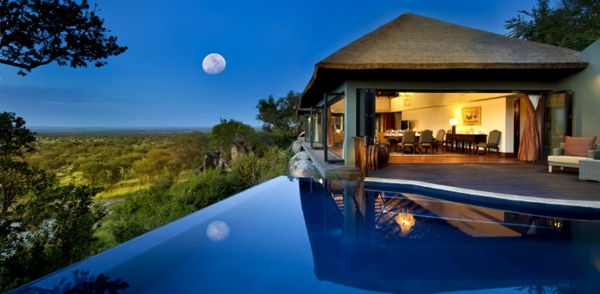 infinty-pool-Bilila-Lodge-Kempinski-Tanzanias-luxus-ferienwohnung-luxus-ferienhaus-mit-pool-haus-mit-pool
