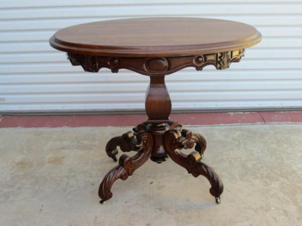 interessant-gestalteter-attraktiv-aussehender-antik-tisch-rundes-schönes-modell