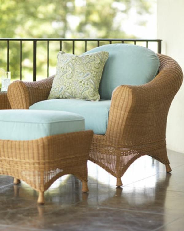 interessante-moderne-schöne-korbmöbel-sessel-mit-blauen-dekokissen