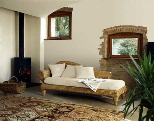 interessante-moderne-schöne-korbmöbel-weiße-dekokissen-im-wohnzimmer
