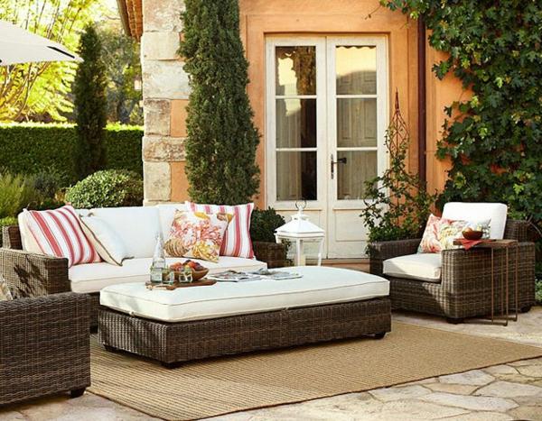 interessanter-moderner-super-wirkender-und-kreativ-gestalteter-möbelset-für-balkon-grüne-umgebung