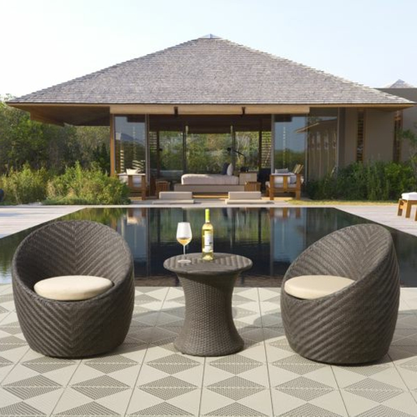 interessanter-moderner-super-wirkender-und-kreativ-gestalteter-möbelset-für-balkon-graue-sessel-neben-einem-pool