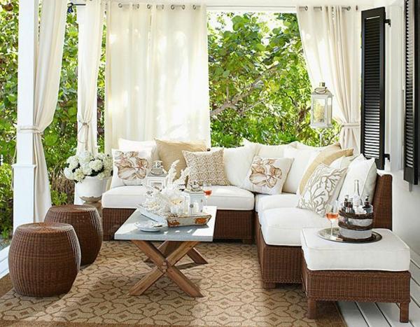 interessanter-moderner-super-wirkender-und-kreativ-gestalteter-möbelset-für-balkon-herrliche-weiße-gardinen
