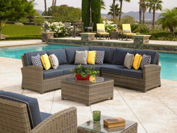 interessanter-moderner-super-wirkender-und-kreativ-gestalteter-möbelset-für-balkon-sofa-neben-dem-pool
